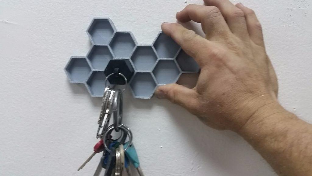 בדיקה של מחזיק המפתחות הראשון על הכוורת הלא גמורה