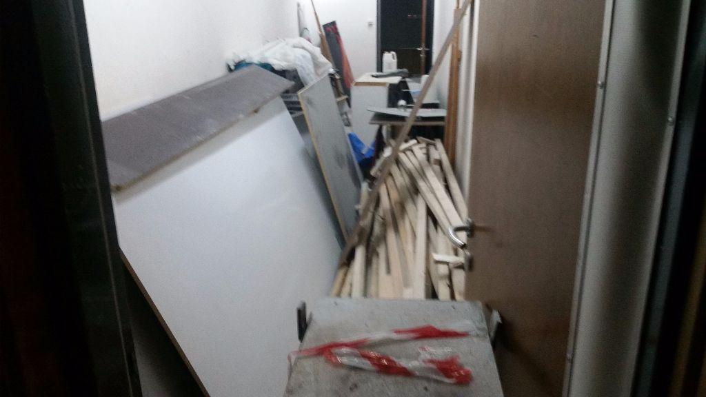 מחסן קטן ומאובק בקצה האודיטוריום הבית ספרי