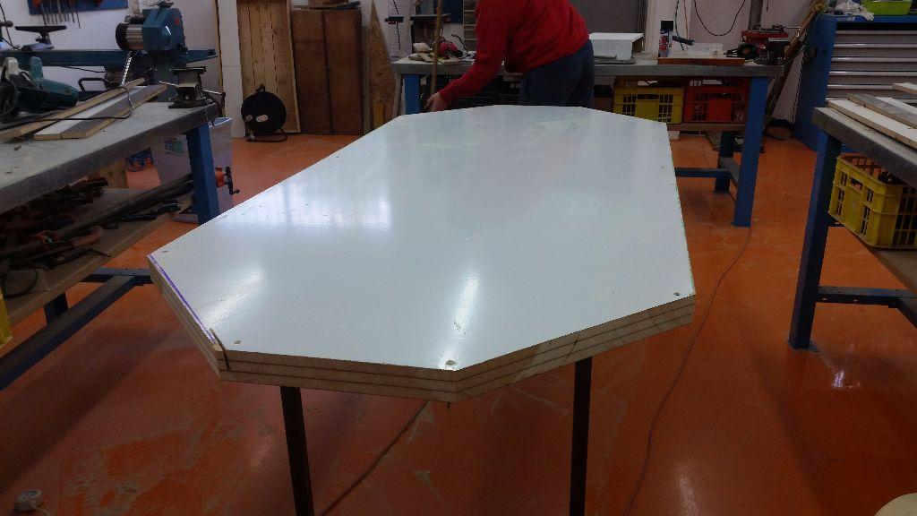 השולחן לאחר שהוא חתוך למידותיו