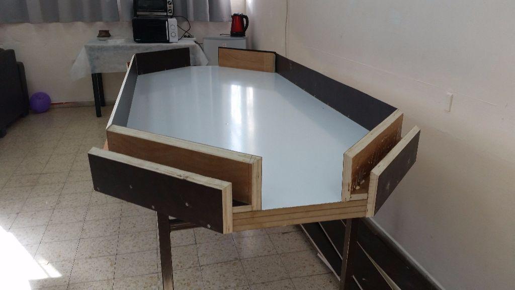 השולחן עם שתי דפנות, יש עוד עבודה