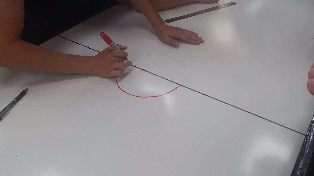 ציור הסימונים על השולחן