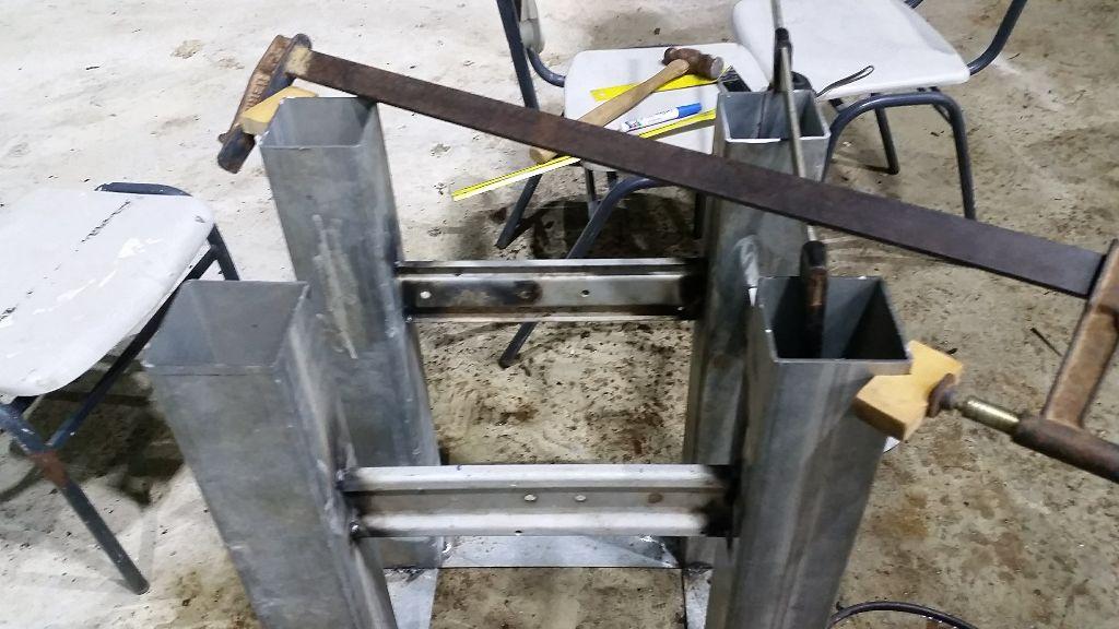 שתי חתיכות עץ שאיפשרו לאחוז את הפינה של הפרופיל עם קליבה רגילה.