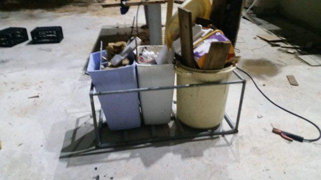 הארגז עומד עם שני פחים קטנים ואחד גדול