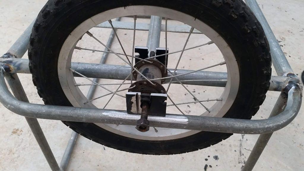 הוספת פלאחים שמחזיקים את הגלגל - כמו באופניים