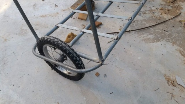הגלגלים במקומם, העגלה באוריינטציה נכונה אך לא מאוזנת