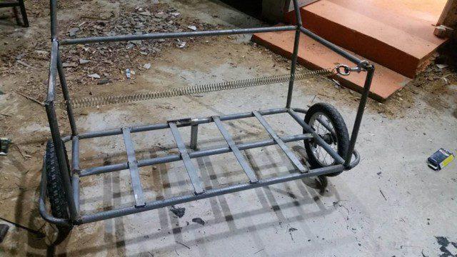 העגלה ריקה עם הקפיץ מתוח