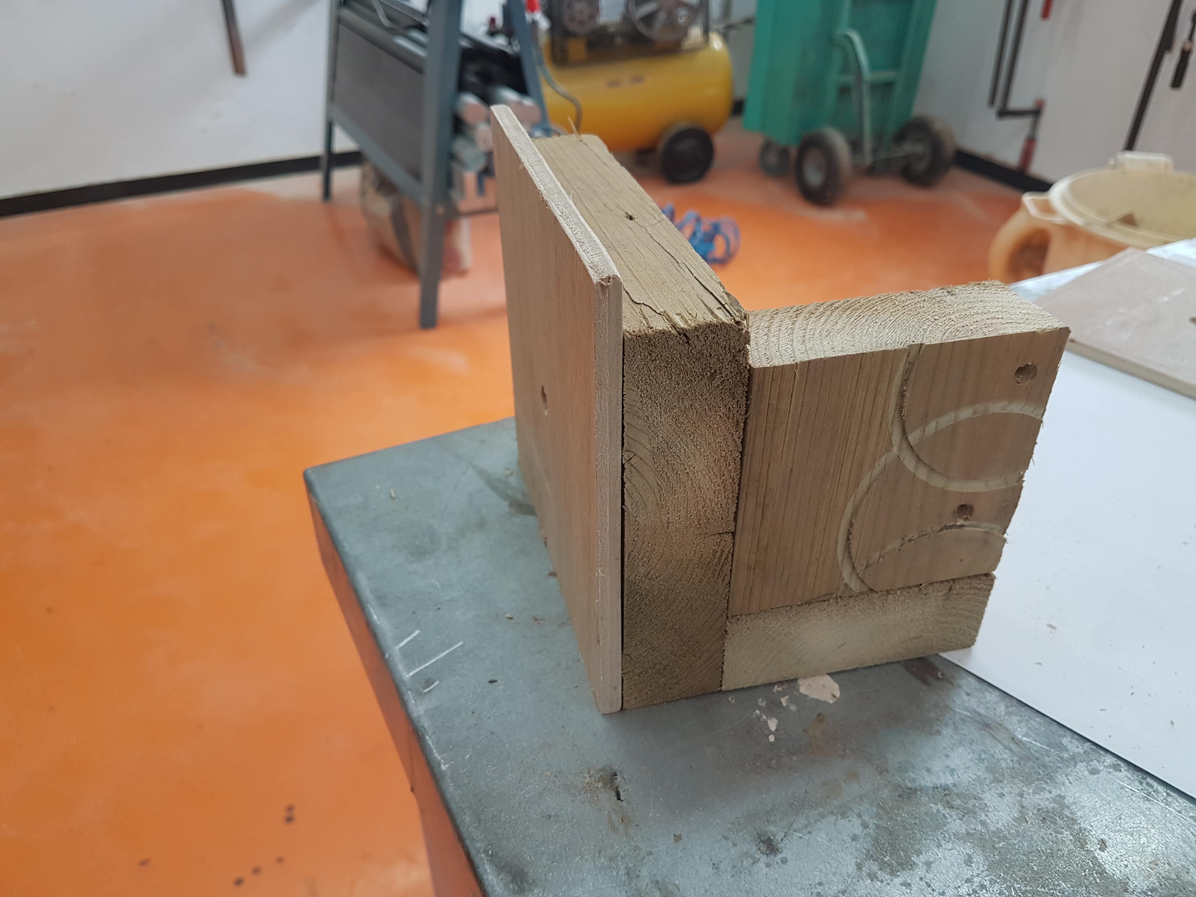 תמונה מאחור - הלוח הצדדי מוצב בג'יג