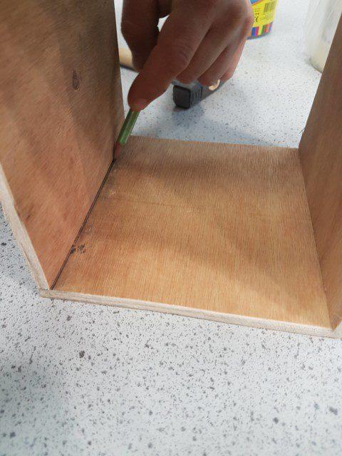 קודם מסמנים את עובי הלוח בשני צידי הלוח העליון בעיפרון