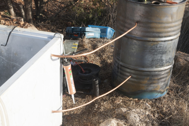 הצינורות עוברים מהחבית למקרר