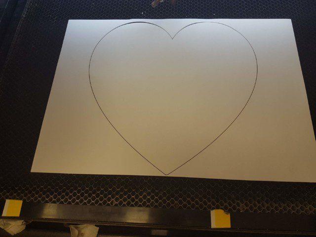 הלב חתוך מנייר