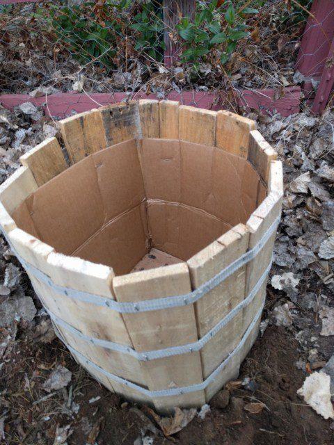 קבור באדמה עם קופסת הקרטון
