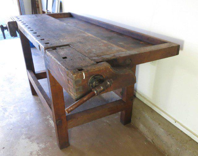 שולחן נגרים עם שקע אורכי