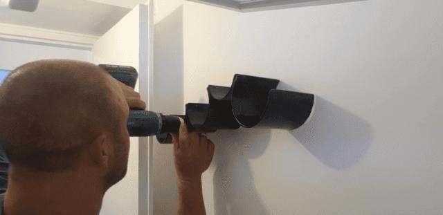 הברגת המתקן על הדיבלים לקיר