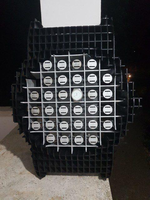 מחזיקי שעון קטנים בתוך כל התאים