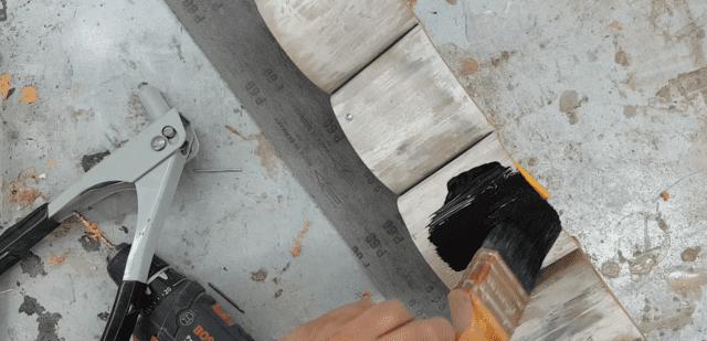 צביעת המתקן בצבע שחור אקרילי