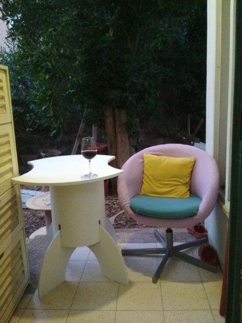 השולחן צבוע ב- 3 שכבות פוליאור על בסיס מים. הכסא קיבל מראה חדש לפי דרישות המעצבת. אקדח סיכות, סדין סגלגל, ציפית צהובה וציפית ירוקה שימשו לחידוש הכסא.