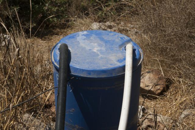 חבית מים אפורים